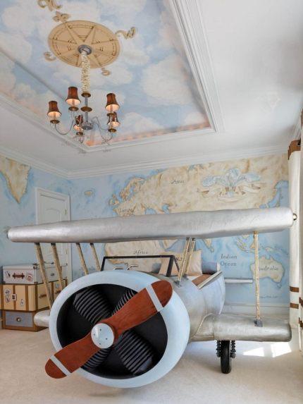 déco-chambre-enfant-garçon-thème-voyages-par-avion-lit